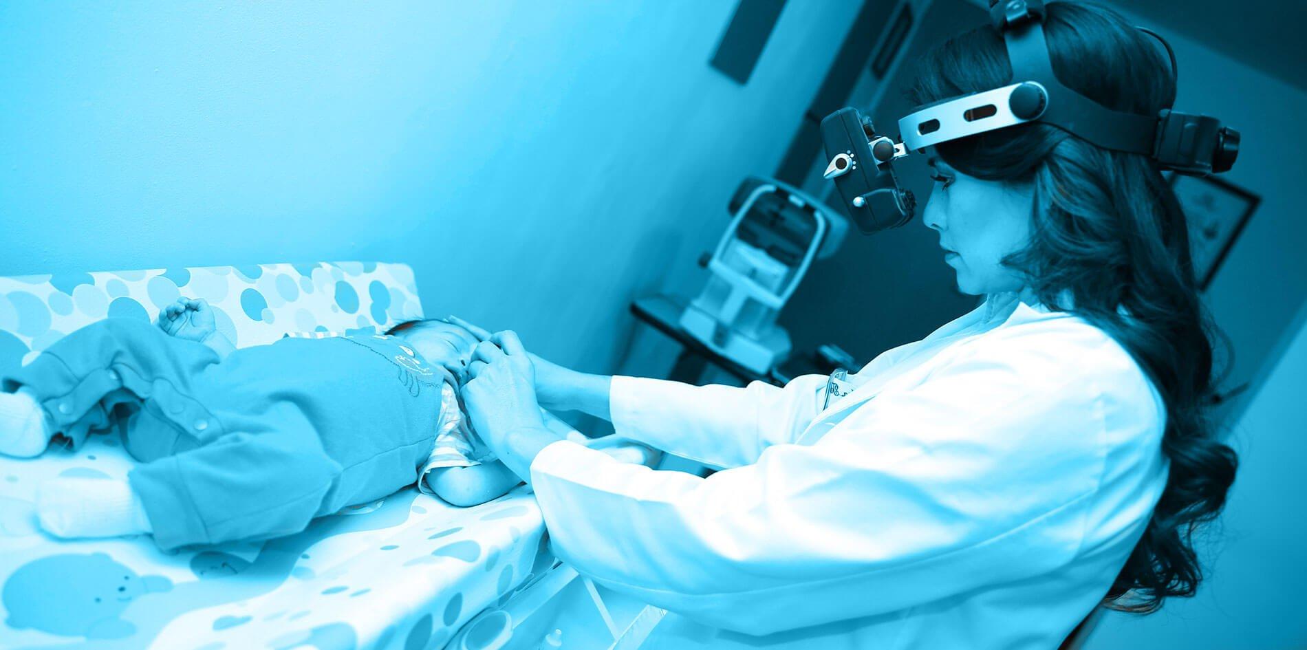 Oftalmologo Pediatra en Aguascalientes revisando un bebé