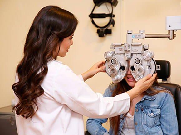 Oftalmólogo revisando a joven paciente de oftalmología